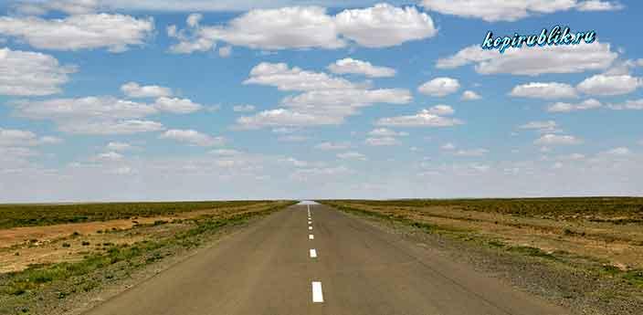 Мираж на дороге в пустыне.